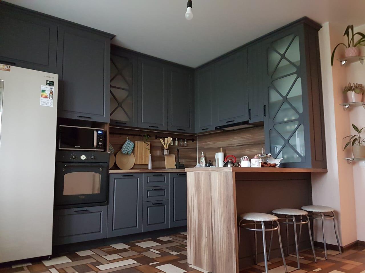 Кухня со вставками в витрины фото