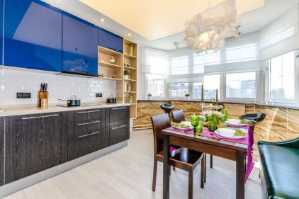Современная индивидуальная кухня на заказ с древесными панелями