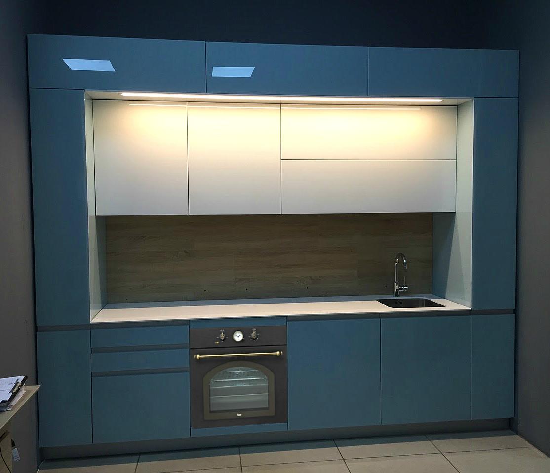 Маленькая трехъярусная кухня в синей эмали