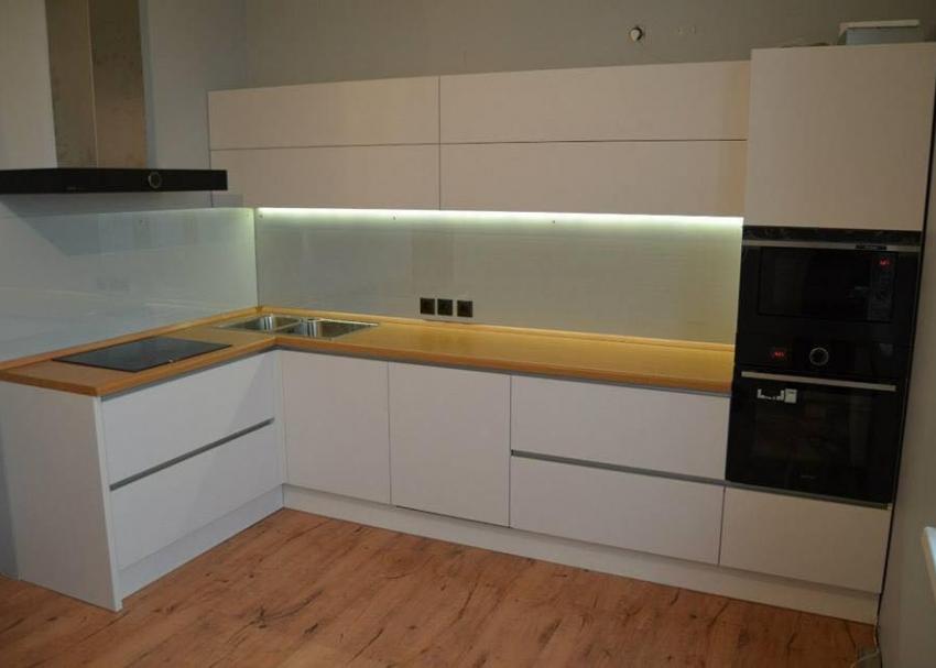 фото белой пластиковой кухни без ручек