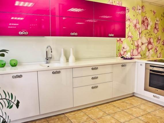Кухня ярко розового цвета в пластике