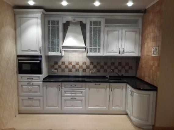светлая кухня в стиле классика