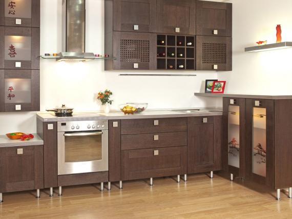 Кухня в шпоне в восточном стиле с витражами