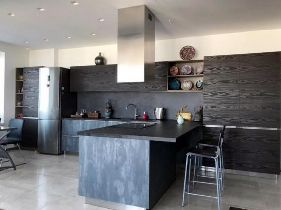 Современная черная кухня Cleaf в мягком урбанистическом стиле