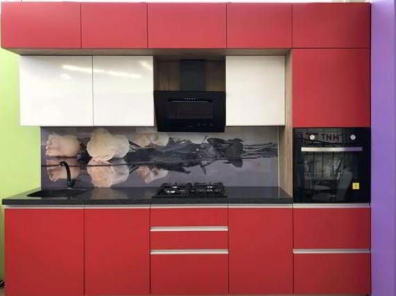 Матовая красная кухня с антресолью с профильными ручками