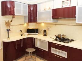 Бордовая эмаль, кухня на заказ от фабрики угловая с гнутыми фасадами узкая столешница