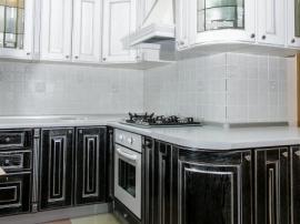 Двухцветная кухня Соренто с черными яркими фасадами с серебряной патиной