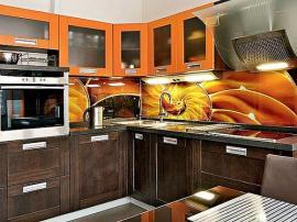 Красивая кухня с духовым шкафом, комбинированная из массива дуба и оранжевого пластика с яркой скинали
