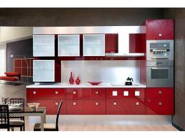 Красная глянцевая кухня из пластика с отдельно висящими навесными шкафами из матового акрилового стекла