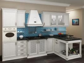 Кухня белая из массива дуба с красивым выступом