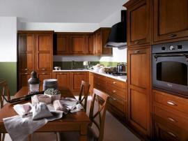 Кухня большая солидная кантри стиль достойного цвета массив дерева с каменной столешницей на заказ