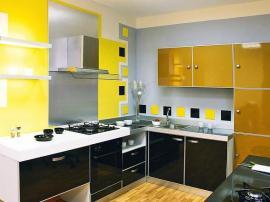 Кухня из комбинированного пластика двух цветов с необычным оформлением верхними навесными шкафами