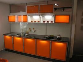 Кухня из оранжевого пластика с подсветкой фасадов