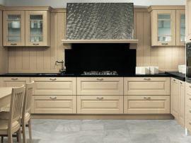 Кухня классическая и строгая с выдвижными ящиками из массива