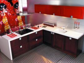 Кухня комбинированная массив дуба с красными фасадами ПВХ современная и модная