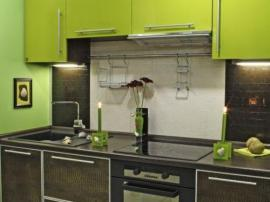 Кухня комбинированная с фасадами из искусственной кожи