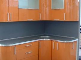 Кухня крашеная с гнутыми фасадами маленькая оранжевая на заказ