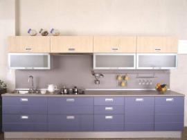 Кухня модерн прямая на заказ комбинирование двух цветов с пластиковой столешницей и стеновой панелью в цвет