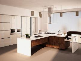 Кухня с акриловыми глянцевыми фасадами высокий глянец молочный с пластиком древесной текстуры