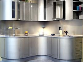 Кухня с гнутыми фасадами волнами серебряный металлик МДФ эмаль угловая