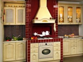 Кухня Сандра с бежевыми фасадами красиво гармонирующими с бордовой кухонной плиткой