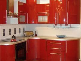 Кухня ярко красная с гнутыми фасадами волнами крашеные фасады эмаль