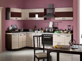 Недорогой кухонный гарнитур со вставками из коричневого пластика и скошенными углами
