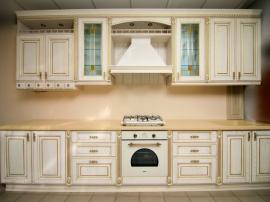 Прямая кухня Соната Голд с искусственным камнем, фасады итальянские беленый ясень с золотой патиной