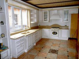 Шикарная кухня на заказ Сиареджио с каменной столешницей белоснежные фасады с золотой патиной