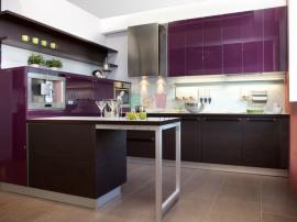 Стильная кухня с итальянскими фасадами GT цвета венге и сиреневыми фасадами высокого глянца