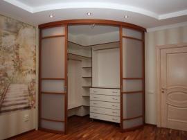 маленькая гардеробная на заказ с радиусными раздвижными дверями