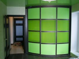 Радиусный угловой шкаф- купе зелёного цвета на заказ