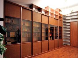 Шкаф- библиотека с раздвижными дверками коричневого цвета