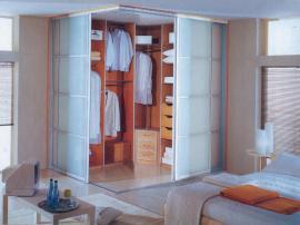 Удобная гардеробная с раздвижными фасадами из полупрозрачного пластика