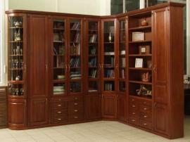 Угловая библиотека в классическом стиле с фасадами из массива ольхи