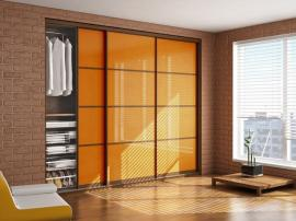 Встроенный шкаф купе на заказ оранжевого цвета с удобным и продуманным наполнением