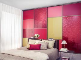 Яркий и сочный, модный стильный, встроенный шкаф купе цвета фуксии