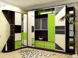 Яркий зелёный шкаф купе в современном стиле с большим количеством отделений