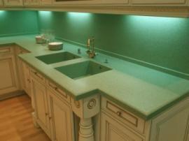Кухня со столешницей из зеленого акрилового камня образец №1