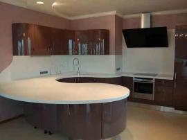 Кухня с белой столешницей из искуственного камня № 5