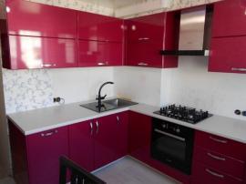 Кухня малина с пленочными фасадами МДФ