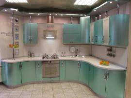 Изумрудная кухня «волной» в эмали