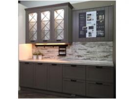 Небольшая кухня в неоклассическом дизайне с перекрестиями на витринах