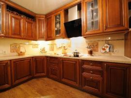 Большая классическая кухня в массиве ольхи или дуба Виктория