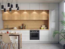 Белая кухня под потолок в три яруса