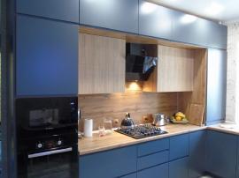 Кухня в 3 уровня под потолок голубого цвета