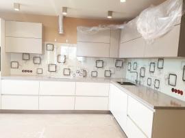 фото бежевой пластиковой кухни из пластика с фотопечатью на стекле