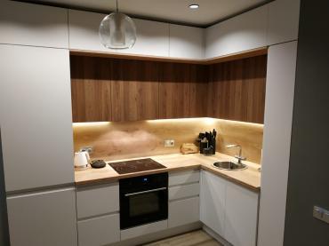 Кухня со шкафами в 3 яруса